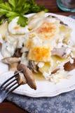 Gratén de la patata con las setas Imagen de archivo