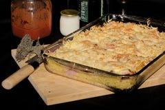 Gratén de las pastas, del queso y del jamón Imagen de archivo