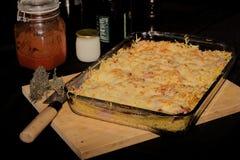 Gratén de las pastas, del queso y del jamón Foto de archivo