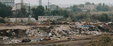 Grat dżonki jarda miasta zanieczyszczenia śmieciarska ekologia obrazy royalty free