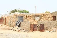 Grat i żelazo beczkujemy bieda domem w Marsa Alam zdjęcia stock
