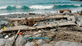 Grat, klingeryt, śmieci, zanieczyszczenie środowiska na plaży Fale w zwolnionym tempie na tle Grat, klingeryt zbiory wideo