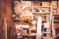 Grat w garażu, wypiętrzającym w górę różnych starych rzeczy obrazy stock