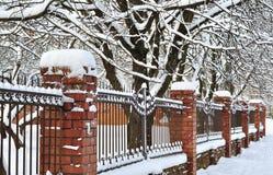 Grata del recinto con le colonne del mattone in neve Fotografia Stock Libera da Diritti