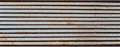 grata Mezzo arrugginita di piovosità che assomiglia alle bande orizzontali del metallo fotografia stock