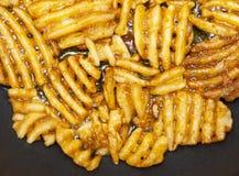 Grate della patata sui precedenti neri Fotografia Stock