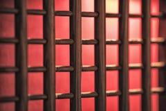 Grate della porta o della finestra, di legno con luce rossa e tappeto ed i precedenti Immagini Stock Libere da Diritti