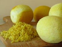 Grated citronhud Fint saftiga mogna gula citroner för spisgallercitronpiff arkivfoton