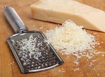 Grated eller strimlad parmesanost Arkivbild