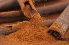 Grated kanelbruna pinnar på en trätabell Royaltyfri Bild