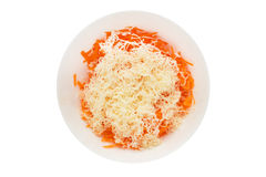 Grated morötter med ost i en bunke arkivbilder