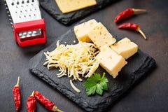 Grated ost kritiserar på brädet royaltyfri bild