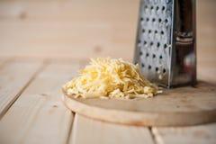 Grated ost på ett träbräde Royaltyfri Fotografi