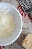 Grated parmesan på en platta Arkivbilder
