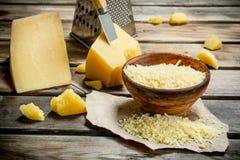 Grated parmesanost i bunke arkivbilder