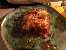 Gratin бураков с овощами и расплавленным сыром в части плиты стоковое изображение