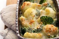 Gratin цветной капусты, брокколи и сыра Стоковая Фотография