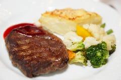 gratin Au λαχανικά μπριζόλας πατα& Στοκ Εικόνες