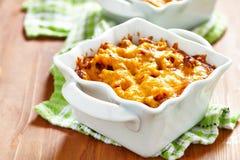 Gratin avec les macaronis, la viande et le fromage photographie stock