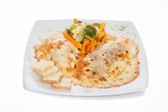 Gratin cannelloni towarzyszący z gotującymi warzywami zdjęcia royalty free