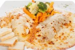 Gratin cannelloni towarzyszący z gotującymi warzywami obrazy royalty free