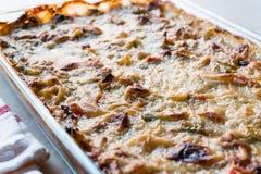 Gratin cozido caseiro/caçarola dos vegetais com queijo na bacia de vidro Fotos de Stock