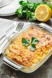 Gratin de pomme de terre avec du fromage, les pommes et le citron Photo stock