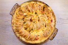 Gratin de pomme de terre Tranches cuites au four de pomme de terre avec de la sauce crémeuse photo libre de droits