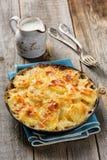 Gratin della patata in casseruola con crema e formaggio Fotografia Stock