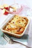 Gratin des pommes de terre, des pommes et du fromage de camembert Image stock