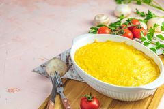 Gratin, julienne of braadpan van gebakken paddestoel met kip en kaas royalty-vrije stock fotografie