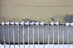Gratings nevado e fundo da parede imagens de stock