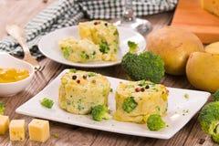 Gratins картошки с florets брокколи стоковая фотография rf