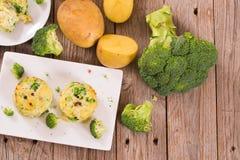 Gratins картошки с florets брокколи стоковое фото rf