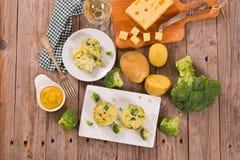 Gratins картошки с florets брокколи стоковые изображения rf