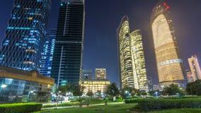 Grattacieli in Abu Dhabi Skyline al hyperlapse del timelapse di notte, Emirati Arabi Uniti video d archivio