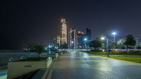 Grattacieli in Abu Dhabi Skyline al hyperlapse del timelapse di notte, Emirati Arabi Uniti archivi video