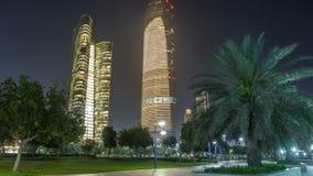 Grattacieli in Abu Dhabi Skyline al timelapse di notte, Emirati Arabi Uniti video d archivio