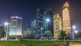 Grattacieli in Abu Dhabi Skyline al timelapse di notte, Emirati Arabi Uniti archivi video