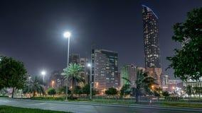 Grattacieli in Abu Dhabi Skyline al timelapse di notte, Emirati Arabi Uniti stock footage