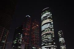 Grattacieli alla notte. Fotografie Stock Libere da Diritti