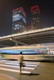 Grattacieli alla notte nel centro urbano di Pechino, Cina fotografie stock libere da diritti