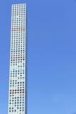 Grattacieli alti sparati dalla prospettiva della via Immagine Stock