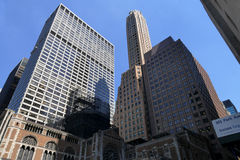 Grattacieli alti sparati dalla prospettiva della via Fotografia Stock