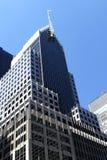 Grattacieli alti sparati dalla prospettiva della via Fotografie Stock