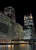 Grattacieli color giallo canarino del molo a Londra alla notte immagine stock libera da diritti