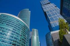 Grattacieli con la facciata di vetro Costruzioni moderne Fotografie Stock Libere da Diritti
