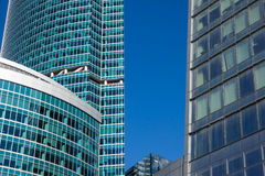 Grattacieli con la facciata di vetro Costruzioni moderne Immagini Stock Libere da Diritti