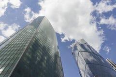 Grattacieli con le nuvole Fotografie Stock Libere da Diritti