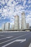 Grattacieli contro un cielo blu nel centro di Pechino, Cina Fotografie Stock